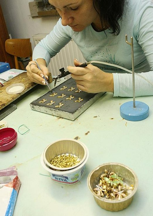 Ruční práce při výrobě luxusní bižuterie v jablonecké rodiné firmě Šenýr. Tradici datují už od roku 1900.