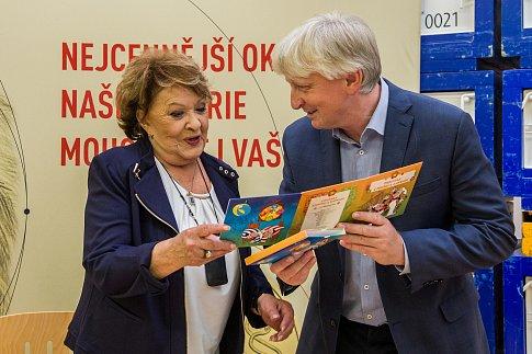 Herečka Jiřina Bohdalová navštívila 22. června Českou mincovnu v Jablonci nad Nisou u příležitosti ražby zlaté mince s Pařezovou chaloupkou.