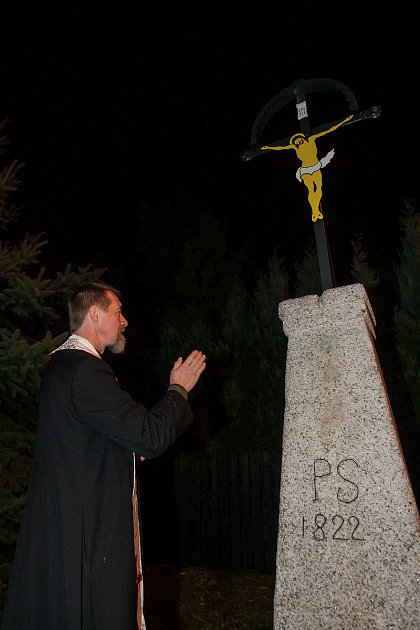 Oldřich Kolář, děkan Římskokatolické farnosti vJablonci nad Nisou, žehná obnovenému kříži na křižovatce ulic Lesní a Pod Hájem vJablonci nad Nisou. Snímek je z9. listopadu.