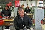 Ve Věznici Rýnovice skládali v pátek 17. června vězni závěrečné zkoušky v oboru obráběč kovů. Letos po několika letech zvládli závěrečnou zkoušku všech 30 vězňů připuštěných ke zkoušce.