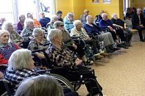 Senioři z DD Velké Hamry naslouchají Marii Formáčkové