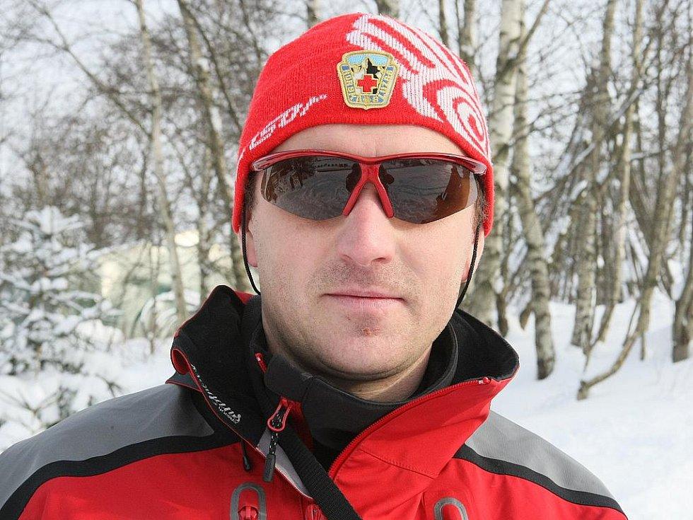 Specialisté na plošné vyhledávání lidí v horském terénu. Pavel Málek 37 let - Charlie: dvouapůlletý zlatý retvívr.
