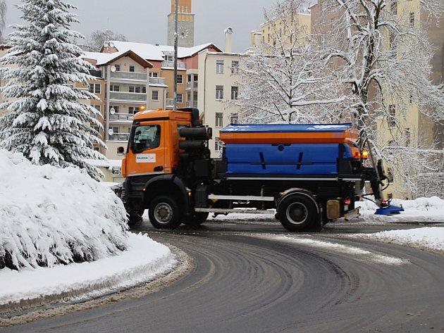 Úklidové vozy Technických služeb Jablonec nad Nisou inasmlouvaných dodavatelů zprovozňovaly komunikace města.
