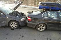 Škoda za sto dvacet tisíc vznikla při úterní řetězové dopravní nehodě, ke které došlo krátce před čtvrtou hodinou odpoledne v Tovární ulici v Jablonci.