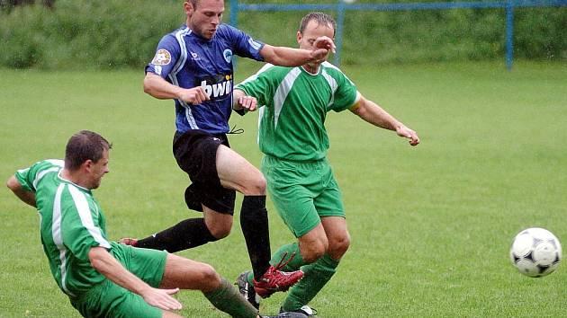 Derby I. B třídy mezi Držkovem (v zeleném) a Zásadou skončilo vítězstvím hostů 2:3.