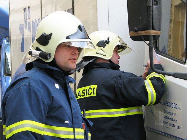 Technická pomoc jabloneckých profesionálních hasičů v ulici Podhorská.