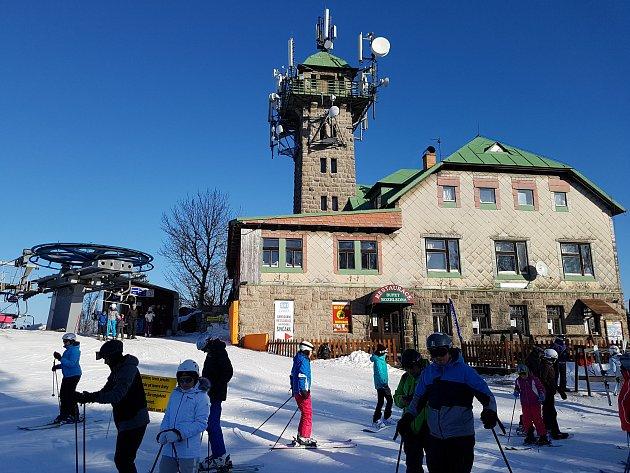 VE SKI AREÁLU TANVALDSKÝ ŠPIČÁK, který je největším lyžařským areálem vJizerských horách, je hlavním přepravním prostředkem pro lyžaře již od roku 2003čtyřsedačková lanovka. Dále lyžaře na vrchol dopraví kotvový lyžařský vlek. Ve ski areálu jsou dále čt
