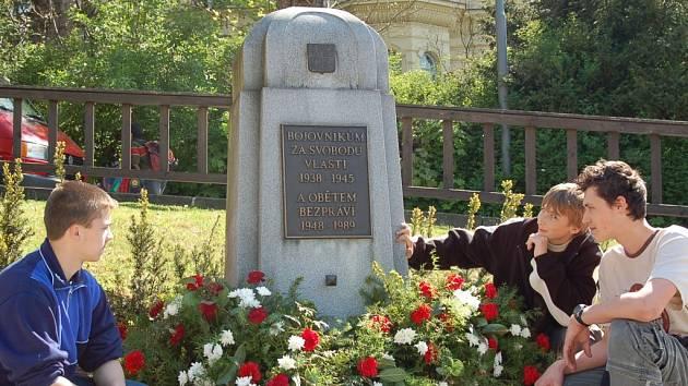 Pomník plný věnců. K příležitosti květnového výročí osvobození republiky přednesl starosta města Jablonce Petr Tulpa slavnostní řeč. Dále se ujal vzpomínkového  projevu Zdeněk Neruda, zástupce Českého svazu bojovníků za svobodu a Konfederace politických v