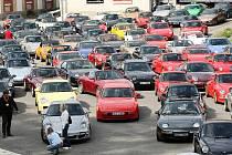 Stovka legendárních sportovních automobilů Porsche mnoha typů a verzí z celé republiky se sjela na setkání do areálu pivovaru ve Vratislavicích k Automobilovému muzeu. Sobotní přehlídka.