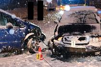 Řidič v Desné dostal na sněhu smyk. Čelně narazil do protijedoucího auta