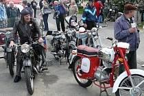 Již III. Staromilská pouť ve Bzí nabídla i prohlídku vozidel a motocyklů Veteran Car Clubu Nisa.