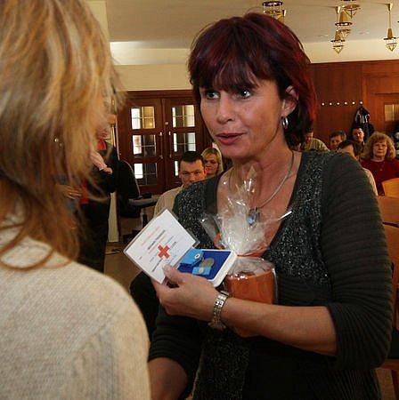 V kapli Jablonecké nemocnice převzali dárci krve stříbrné medaile profesora MUDr. Jana Janského. Na snímku Michaele Petrásková.