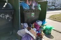 Odpadky v Pobřežní ulici na jabloneckém sídlišti Mšeno.