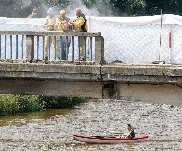 Demontáží starého zábradlí na mostě přes Jizeru v Železném Brodě začaly práce na umístění nového. Akce by měla trvat do konce srpna. Zábradlí bude z nerezu ve tvaru kulatého profilu.