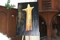 Působivou vernisáží začala 1. září výstava Horské lesy v kostele Dr. Farského v Jablonci. Ústředním obrazem výstavy je dílo s názvem Kazatel.