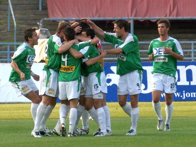 RADOST Z POSTUPU. Obrovskou radost měli jablonečtí hráči po skončení čtvrtfinálového utkání Poháru ČMFS, ve kterém prorazili Plzeň 3:0.