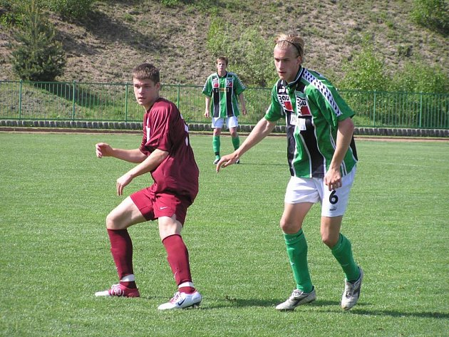 Jablonecký Mička (vpravo) v souboji s hráčem Sparty.