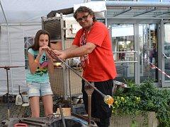 Přímo v areálu si zejména děti mohly vyzkoušet, jak se fouká do sklářské píšťaly. Byli tu skláři z novoborské Floriánovy hutě.