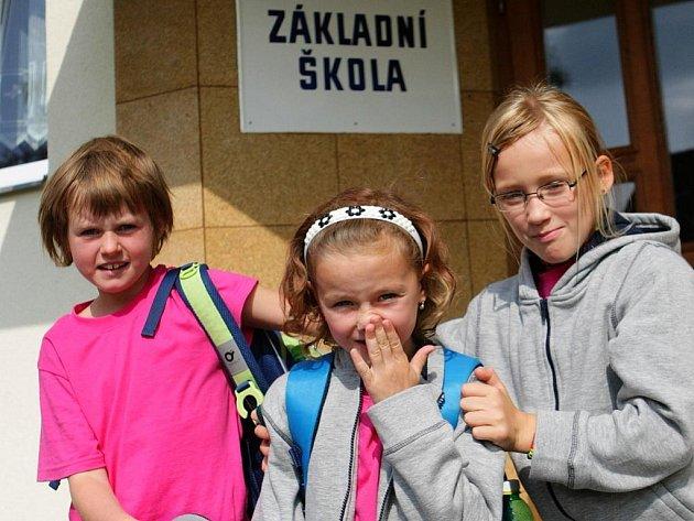 V obci Koberovy mají kolem třiceti žáků na základní škole. Přesto je to pozoruhodná škola, kde děti dostaly jednotné oblečení, také velmi pěkné prostředí by bylo možné hledat spíše na nějaké dobře situované soukromé škole.