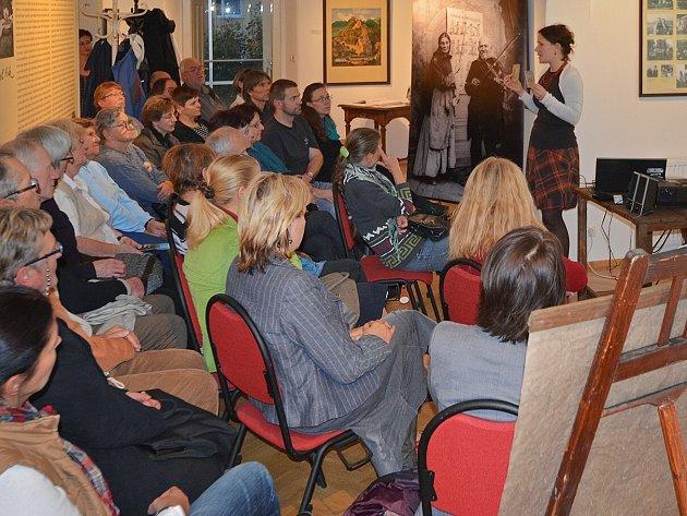 Přednášku vedla kurátorka sbírkových fondů archivu, starých tisků a rukopisů Muzea Českého ráje v Turnově Alžběta Kulíšková.