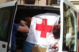 Po střechu vyrovnané auto Sboru dobrovolných hasičů z Maršovic putovalo pod vlajkou Českého červeného kříže z Jablonce do oblasti postižené povodní na Mělnicku.
