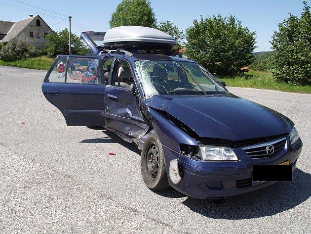 Řidič Mazdy 626 nedal na křižovatce přednost a havaroval.