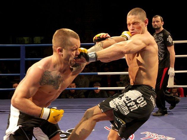 Night of Warriors III. Na snímku Tomáš Penz z BFC Liberec (vpravo), který drtivě porazil v zápase MMA do 84 kilogramů Tomáše Kuželu z Karlových Varů.