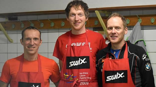 Pavel Štolba (vlevo), Lukáš Tichý a Tomáš Kašpar mazali lyže v sokolovně.
