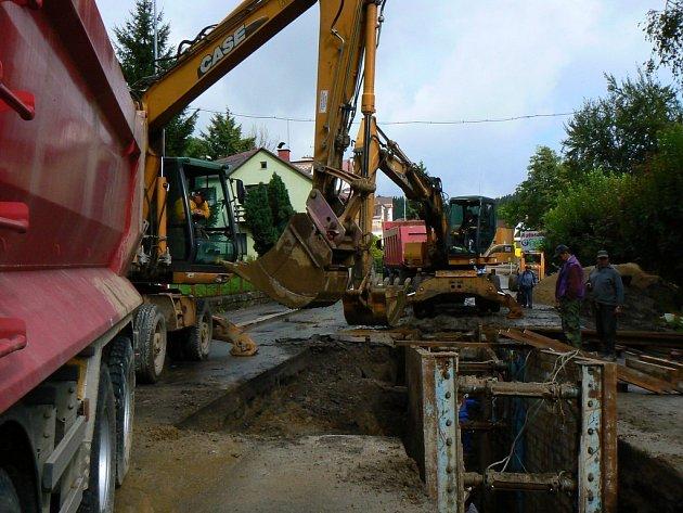Část silnice, kterou opravují na Smržovce se sesunula.