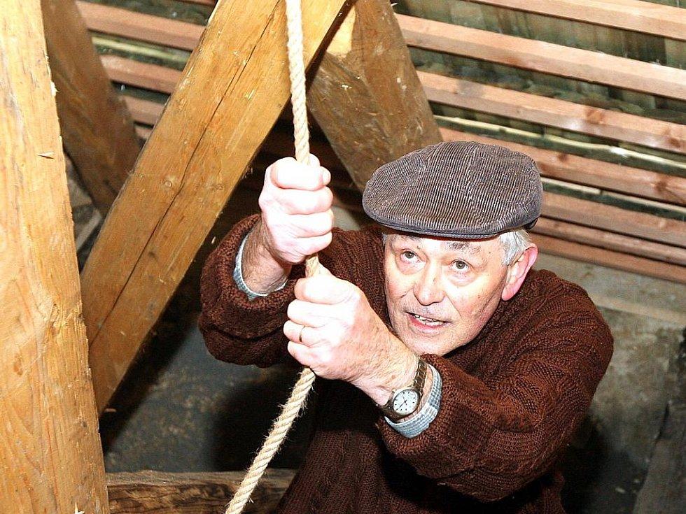 Zvon v Železném Brodě rozezněl zvoník Ladislav Hlubuček.