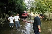 Pomoc při povodních v roce 2002. Hasiči strávili týden u Berounky.