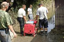 Pomoc při povodních v roce 2002. Hasiči strávili týden u Berounky. Ilustrační foto
