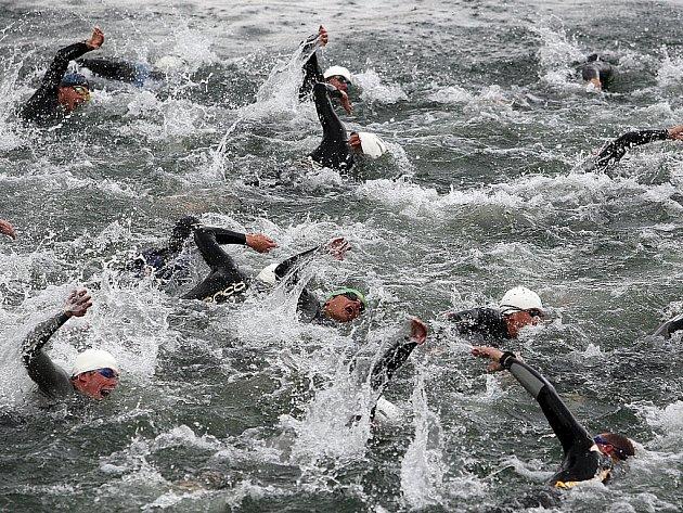 Plavecké závody na jablonecké přehradě. Ilustrační snímek
