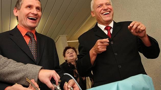 Vicepremier Jiří Čunek navštívil také jabloneckou nemocnici. Viděl porodnici, gastroenterologii a vyzkoušel si i simulaci laparoskopické operace. Na snímku s primářem chirurgie Michaelem Vraným.
