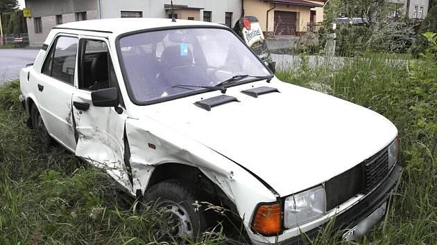 Řidič, který nedodržel rychlost a vjel do protisměru, způsobil nehodu, při které zranil spolujezdkyni v protijedoucím vozidle.