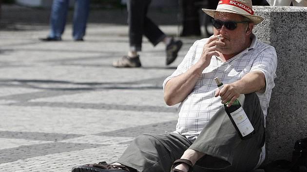 Pití alkoholu na veřejném prostranství. Ilustrační snímek.