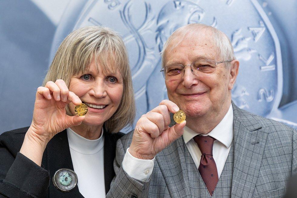 Jitka Molavcová a Jiří Suchý při ražbě první zlaté medaile z třídílné minisérie SEMAFOR připravené k blížícím se 90. narozeninám pana Suchého.