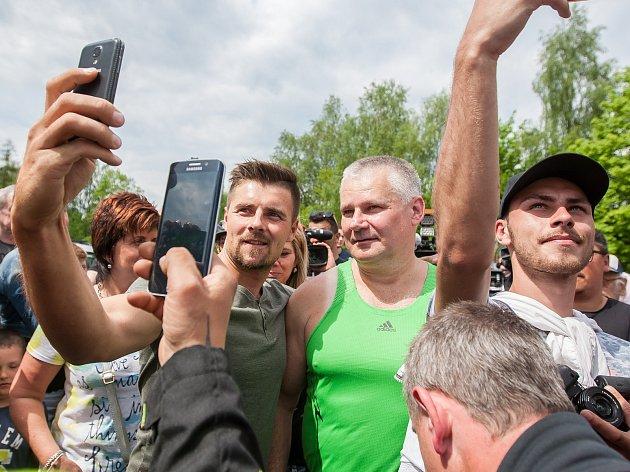 Jiří Kajínek, odsouzený vrah, míří 23.května po 23letech na svobodu zvěznice vRýnovicích vJablonci nad Nisou díky milosti, kterou mu udělil prezident Miloš Zeman.