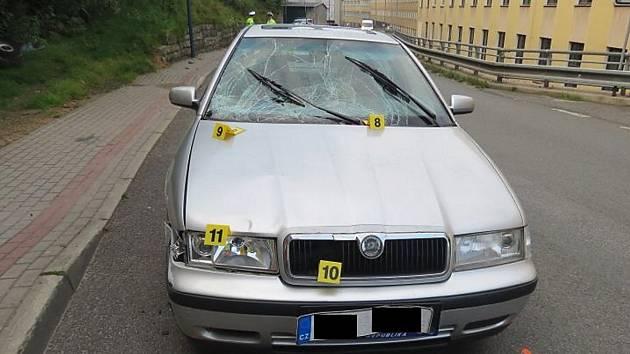 Škoda Octávia. Její řidič srazil v Tanvaldu dvě děti