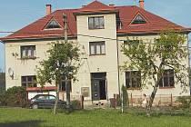 Bývalá škola - útočiště Sokola Mukařov.