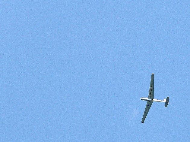 Nad Frýdštejnem ve čtvrtek došlo k letecké kolizi dvou větroňů, při níž se nikomu nic nestalo. Jeden pilot bez obtíží odlétl na základnu v Hodkovicích, druhý vyskočil s padákem.