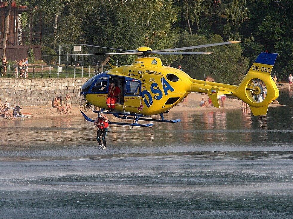 Ve čtvrtek večer na jablonecké přehradě Zdravotnická záchranná služba - skupina speciálních a zdravotních činností - trénovala vytahování tonoucích pomocí vrtulníku a podvěsu. Nalétali 55 minut.