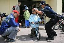 Vedle celkového zaměření na zdravovědu si tento týden užívají děti širokou skladbu programu. Učily se například na dopravním hřišti správně jezdit se strážníky na kole.