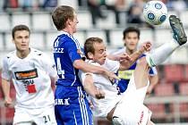 FK Baumit Jablonec na hřišti SK Sigmy Olomouc. Na snímku jablonecký Tomáš Jablonský ( vpravo v bílém ) se snaží přes hlavu odehrát míč přes bránícího Tomáše Nuce ( v modrém ).