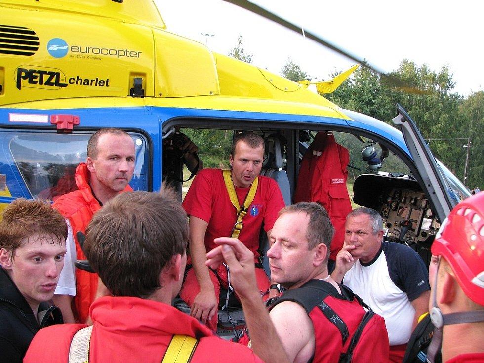 Ve čtvrtek večer na jablonecké přehradě Zdravotnická záchranná služba - skupina speciálních a zdravotních činností - trénovala vytahování tonoucích pomocí vrtulníku a podvěsu. Nalétali 55 minut. Akci lelel Jna Dvořák.