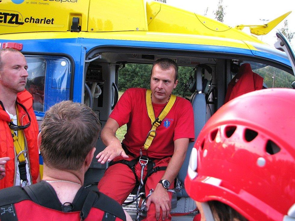 Ve čtvrtek večer na jablonecké přehradě Zdravotnická záchranná služba - skupina speciálních a zdravotních činností - trénovala vytahování tonoucích pomocí vrtulníku a podvěsu. Nalétali 55 minut. Akci velel Jan Dvořák.