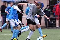 Fotbalisté Desné prohráli doma s VTJ Rapid (v šedých dresech) 3:1.