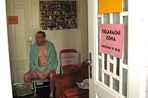 Filipínský léčitel Lino be Guinsada má s novináři špatné zkušenosti, a tak jim dveře jeho ordinace zůstaly zavřené. Na snímku čeká pacient v čekárně zahalen jen v ručníku.