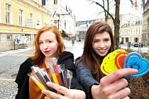 V jablonecký ulicích, stejně jako na řadě dalších míst České republiky prodávají studenti plastiková srdíčka a nebo propisovací tužky s logem charitativní sbírky. Na snímku zleva Marie Vrabcová a Eliška Straková ze Středná umělecko-průmyslové a Vyšší odbo