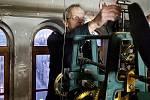 Hodinář Miloš Zikmund seřizuje a servisuje i věžní hodiny v Jablonci a blízkém okolí. Jak například ty ve staré radnici, dnešní Městské knihovně.